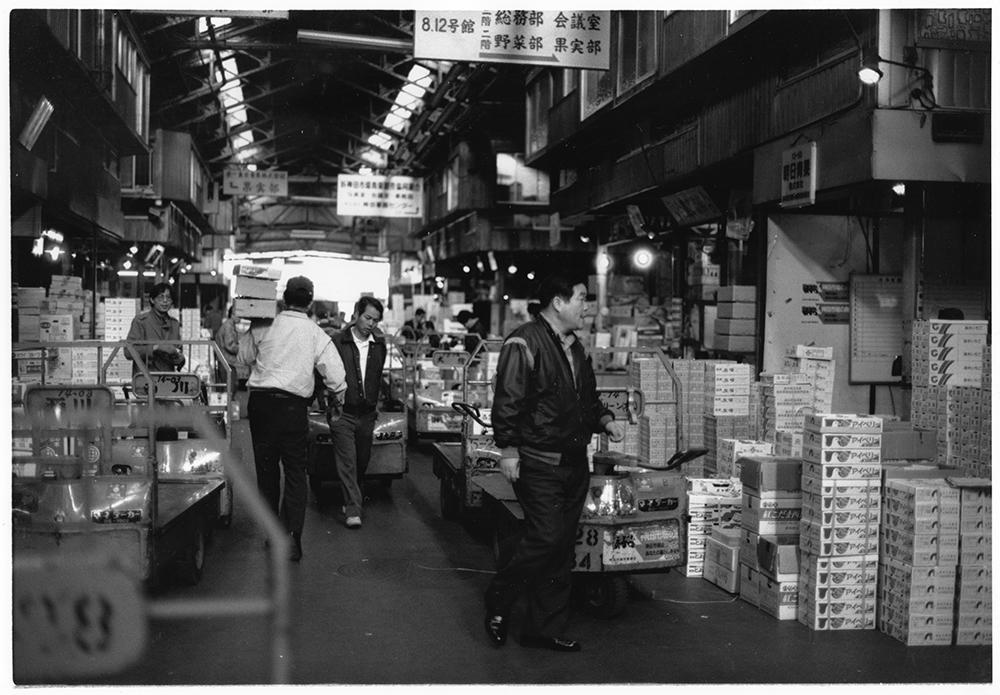 神田市場内の両脇、果物の仲卸が並ぶ。「神田市場はくだものに関しては日本一の取り扱い」と買い出しに来る小売店主