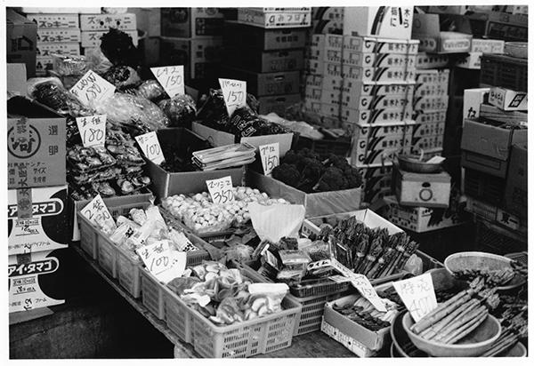 手書きの値札がいい味を出している小売店の店前。その日、その日で、値段が変わり、セリの値段を即、反映させている