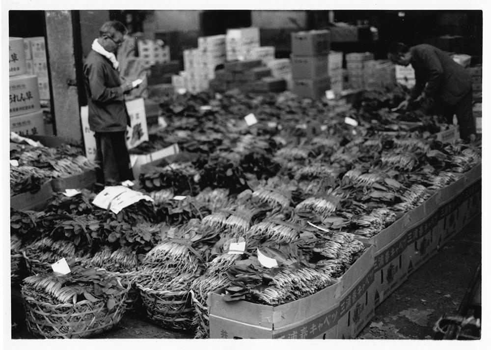 大量生産の共同出荷もの(共選)が主流の中で、近郊から来る個人出荷もの(個選)の荷受け置場。カゴに入れられたものや、ダンボールに入れられたものなど、荷主が直接、持ち込むものだ