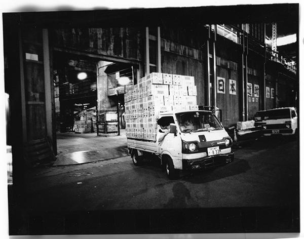 荷受会社トイチのショーカン「ニッソー」から夜中に搬出する転送屋。板橋の市場に持っていく。力のある神田市場に商品が集まり、そこから周辺の市場に夜中のうちに転送される