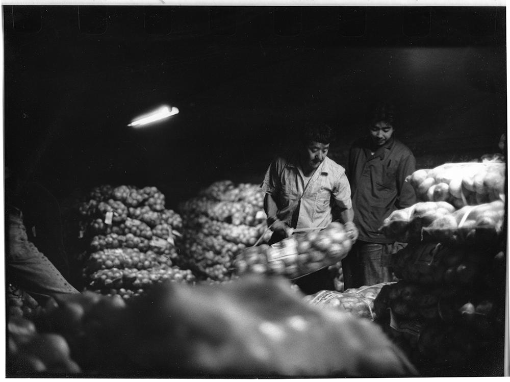 静岡の新玉を荷受けするショーカン。浜松の玉ねぎ2台が到着し、合わせて1700ネットを荷受けした。銘柄産地は指定の市場、特に指定の荷受会社を決めていて、それ以外の市場には出荷されない