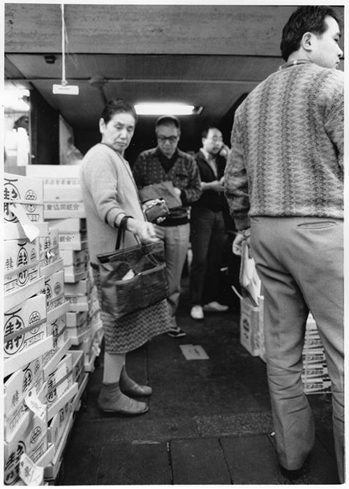 競売が終わり、高級果物を取り扱う仲卸「西高商店」の店舗に直接、買い付けに来る小売業者。店売りが行われ、高級マスクメロンなどが店頭に並ぶ。 「デラはひとっこうり(一甲)もいらない。2キロ」 「ビワ、いくら?」 「ソクバン!」
