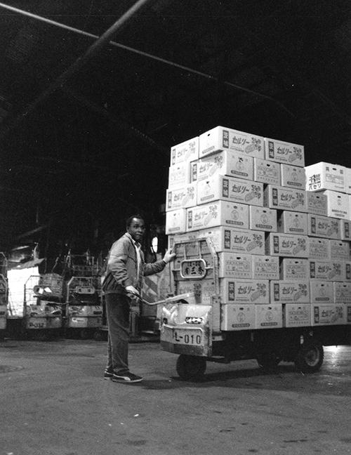マイテに高く積み上げた商品。夜勤者は外国人が増えた。市場で働く夜勤者は、年齢、学歴などまったく関係ないのが特徴だ