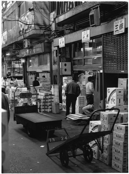 野菜専門の仲卸「山邦」の店舗前で。競売が終わったあとでも店売りはほぼなし。夜中の先取りで、ほぼ仕事を済ましている
