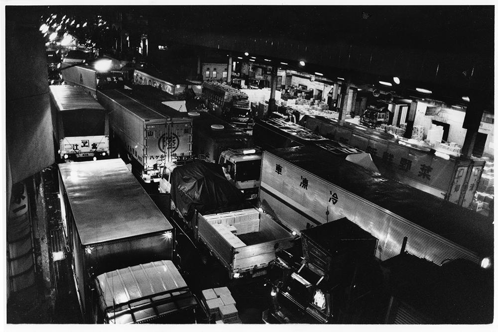 産地で積み込み、神田市場入りする大型トラックの渋滞。市場内を分断する神田明神坂通り。午後11時ごろに到着すると、2~3時間以上は待たされ、荷卸しが済むのが早朝ということもある