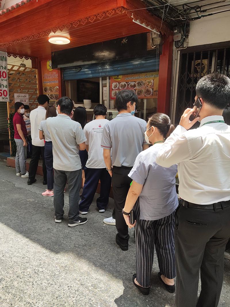昼の12時過ぎに、会社の並びにあるおかず屋さんに並ぶ列
